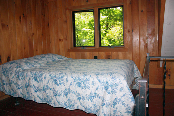 Wild Turkey Riverfront Cabins - Bedroom Loft (Double Bed)